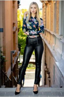Magasított derekú elöl cipzáros bőr hatású nadrág (elasztikus) - MARA fekete